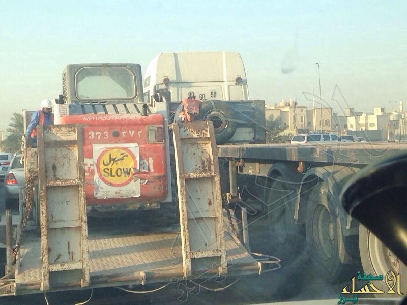 """بالصور … مطالب بإيقاف تجاوزات """"الشاحنات"""" أوقات الذروة في طرق الأحساء"""