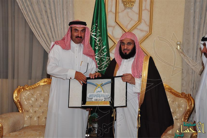 """بالصور سمو الأمير عبدالعزيز بن جلوي يقيم مأدبة عشاء تكريم للشيخ """"عائض القرني"""""""