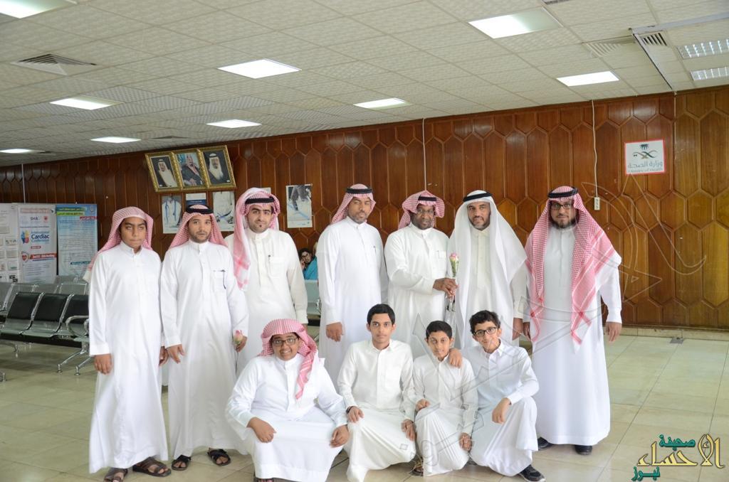 وفد متوسطة الصديق يزور المنومين في حادثة الدالوة بمستشفى الملك فهد بالهفوف