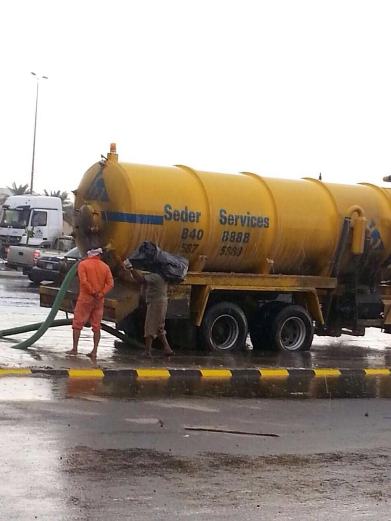 """بالصور… """"أمانة الأحساء"""" تستنفر لشفط مياه الأمطار"""