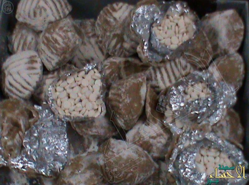 جمرك مطار الأحساء يحبط تهريب 156 ألف حبة كبتاجون داخل علب حلويات وقهوة