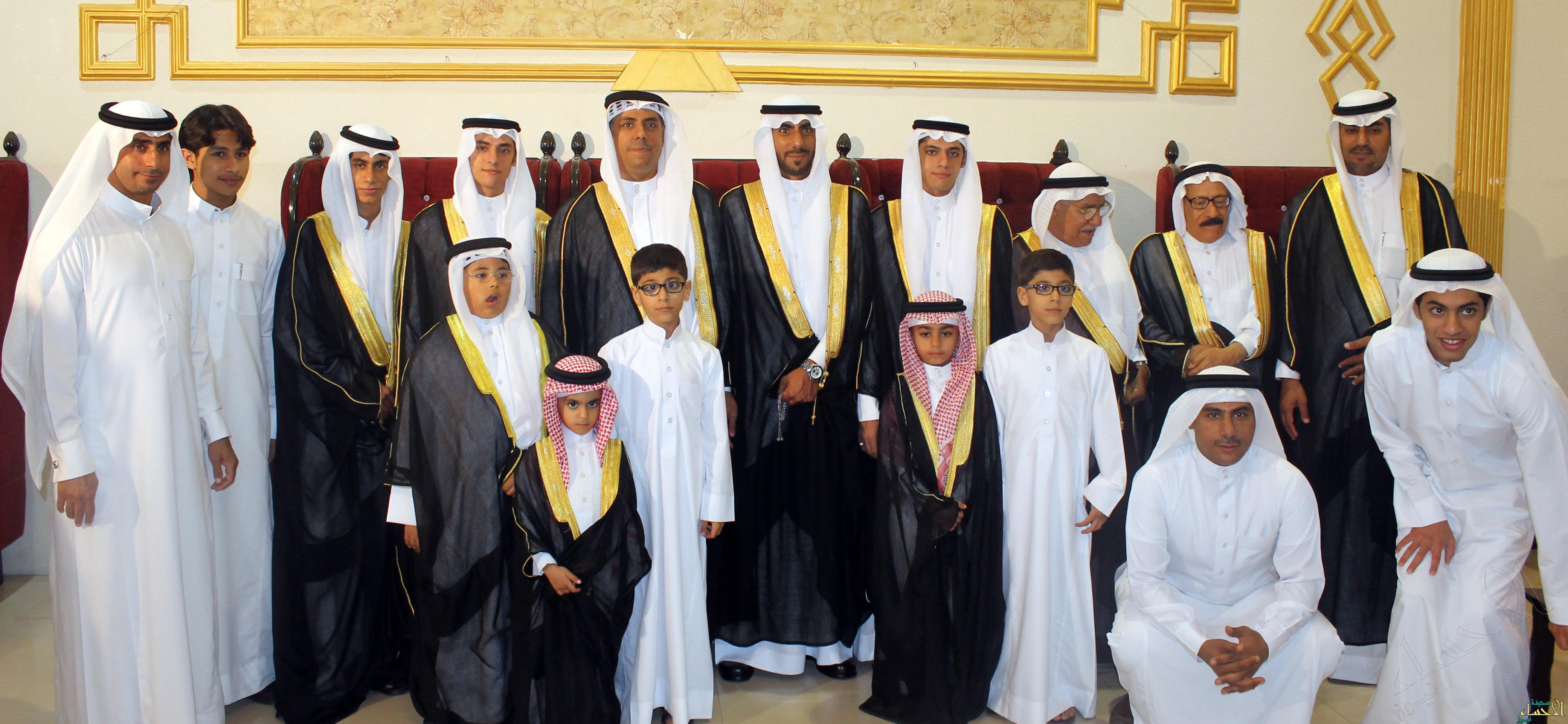 العريس بين أخوانه وأقاربه