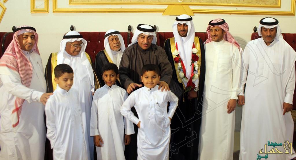 العريس محسن وبجوار بعض الأقارب والأصدقاء