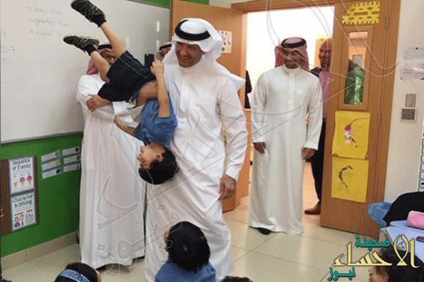 صورة طريفة للأمير سلطان بن سلمان وهو يمازح طفلاً خلال زيارته لإحدى المدارس تخطف الإعجاب