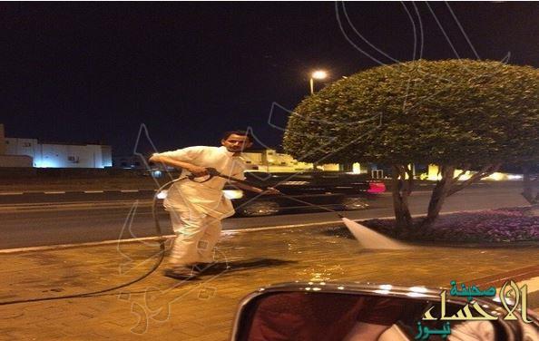 """بالصور… شاب سعودي يرافق عمال """"البلدية"""" ويشاركهم تنظيف الشوارع"""