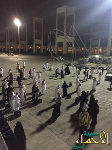 طائرة تُنزل ركابها في أرض مطار جدة قبل وصول حافلتهم