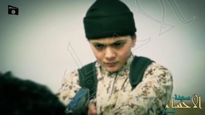 """بالصور … طفل من """"داعش"""" يعدم فلسطينيا في سوريا بتهمة التجسس لصالح إسرائيل"""