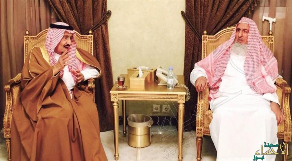 بالصور.. خادم الحرمين يزور سماحة المفتي ويعزيه في وفاة والدته