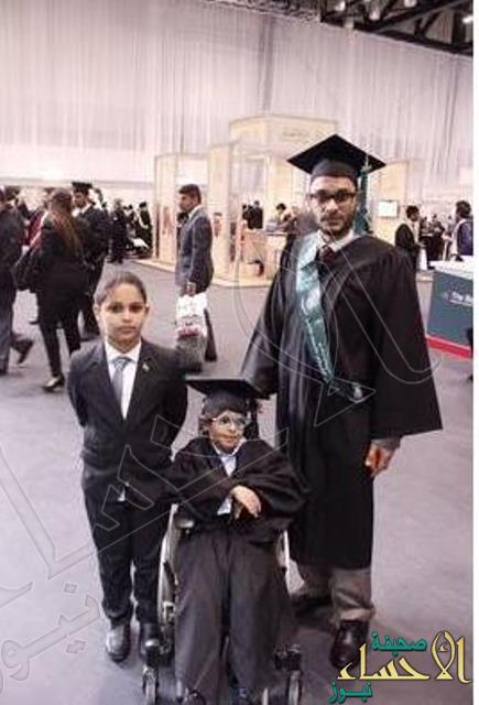 بالصورة… طفل سعودي أصغر خريج في حفل مبتعثي بريطانيا