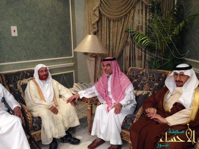 """بالصور.. """"الشيخ قيس المبارك """"يقدم واجب العزاء في الفقيد الأمير """"خالد بن عبدالله"""""""