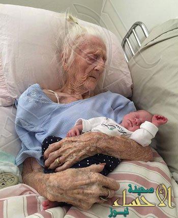 عجوز تبلغ 101 عام تقابل حفيدها المولود حديثا قبل أن تموت بأيام
