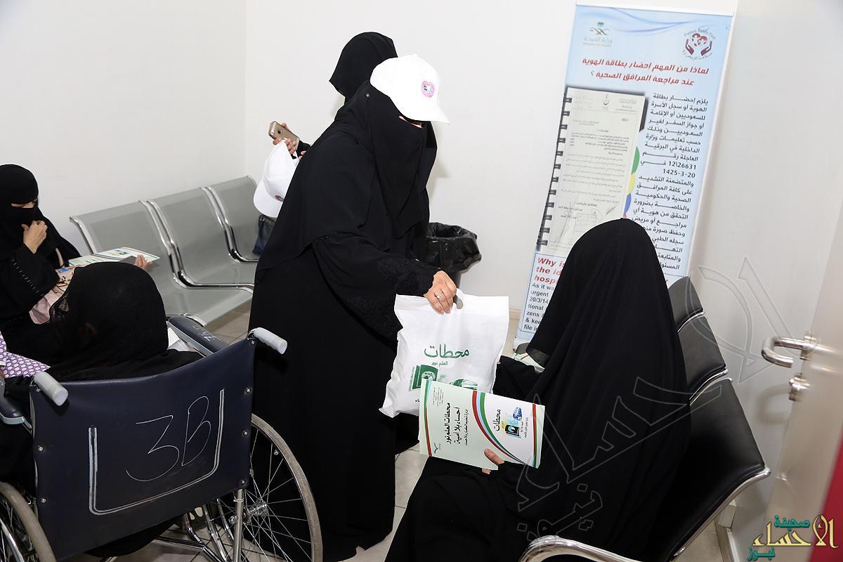 توزيع الهدايا على مراجعي المستشفى