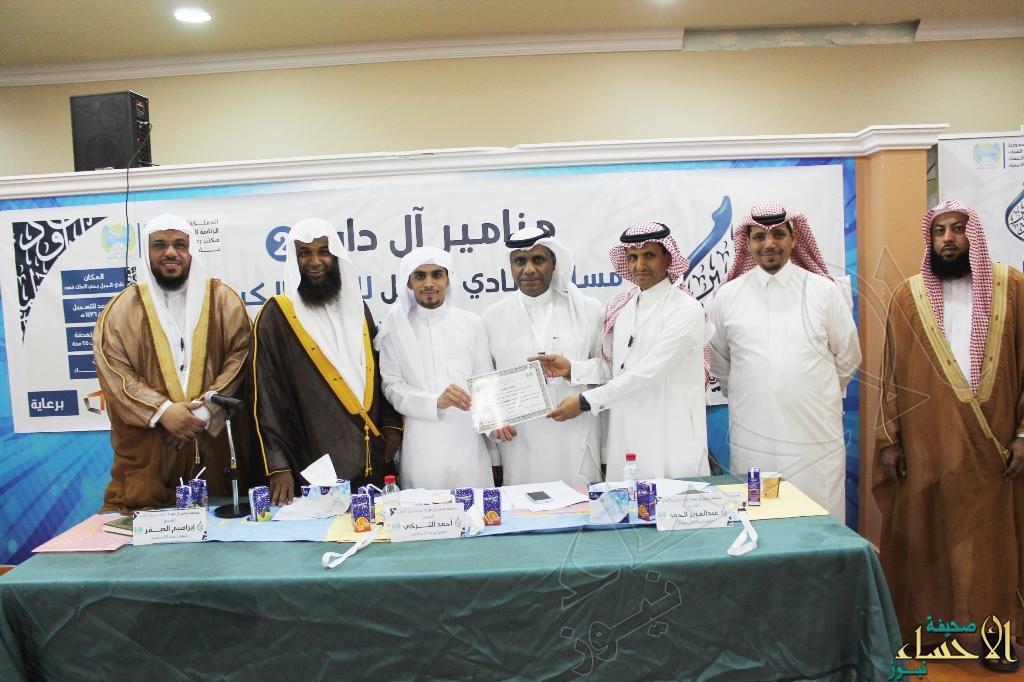 اللجنة المنظمة تقدم شهادة حضور لأحد المشاركين