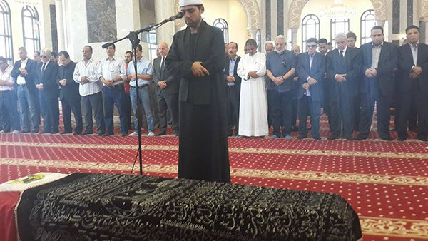 """بالصور.. موقف غريب أثناء صلاة الجنازة على جثمان """"عمر الشريف"""" !"""