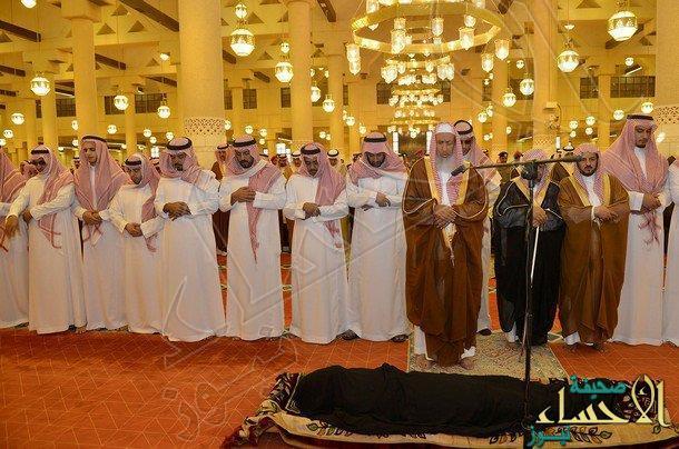 بالصور.. فيصل بن بندر يتقدم المصلين على جنازة الأميرة مشاعل بنت عبدالمحسن