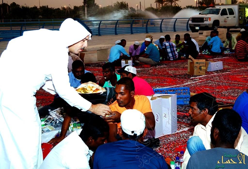 """بالصور.. """"الملحم"""" يشهد إفطار جماعي لـ 500 عامل نظافة بمنتزه الملك عبدالله البيئي"""