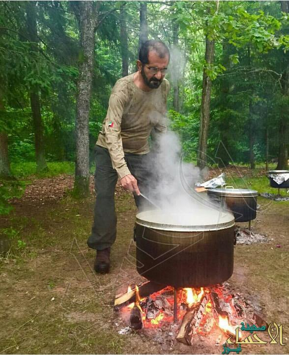 صورة نادرة لحاكم دبي يطهو الطعام على النار في رحلة مع أصدقائه