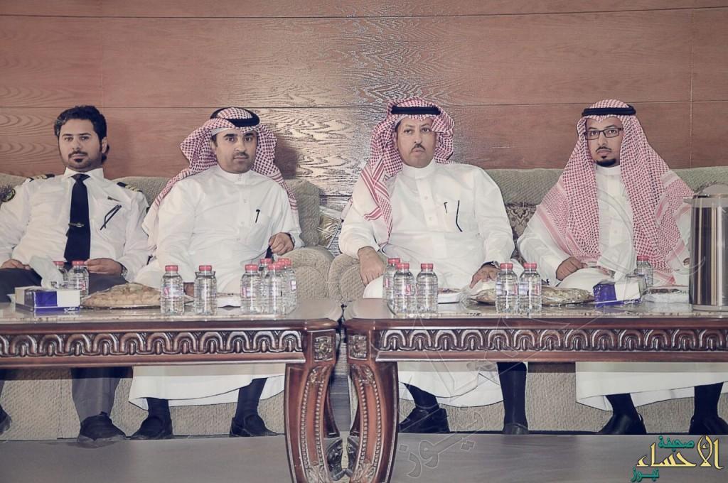 """بالصور… مدير جمرك """"البطحاء"""" يقضي العيد وسط زملائه والمسافرين"""