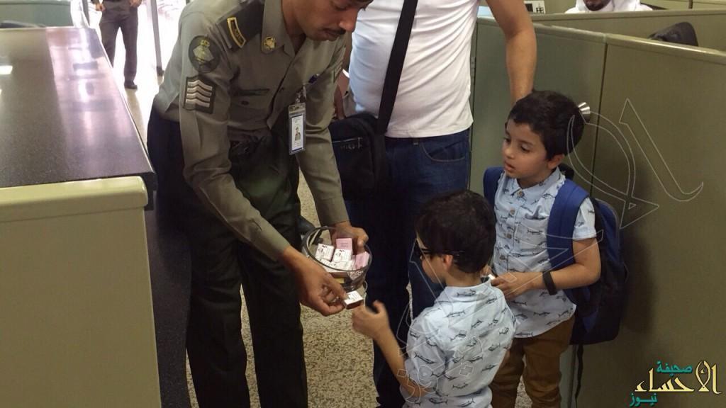 """بالصور… جوازات """"مطار الأحساء"""" تحتفي بالعيد وسط المسافرين"""