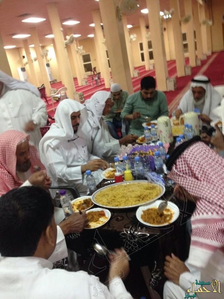 """بحضور الشيخ آل مبارك..""""الدهموش"""" يقيم مأدبة عشاء لجماعة حي جامع الصالحية"""