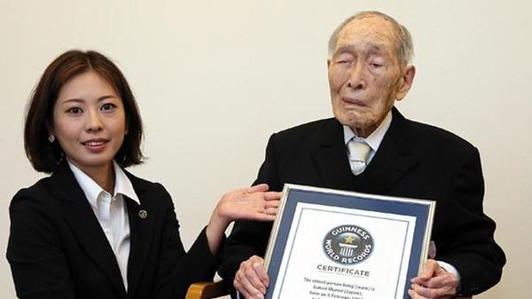 وفاة أكبر رجل معمر في العالم عن 112 عاما