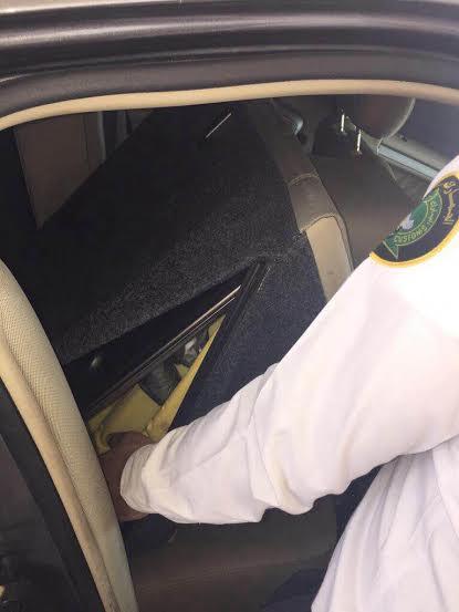 جمرك البطحاء يُحبط محاولة تهريب أكثر من 23 ألف حبة كبتاجون مخبأة في مقعد سيارة
