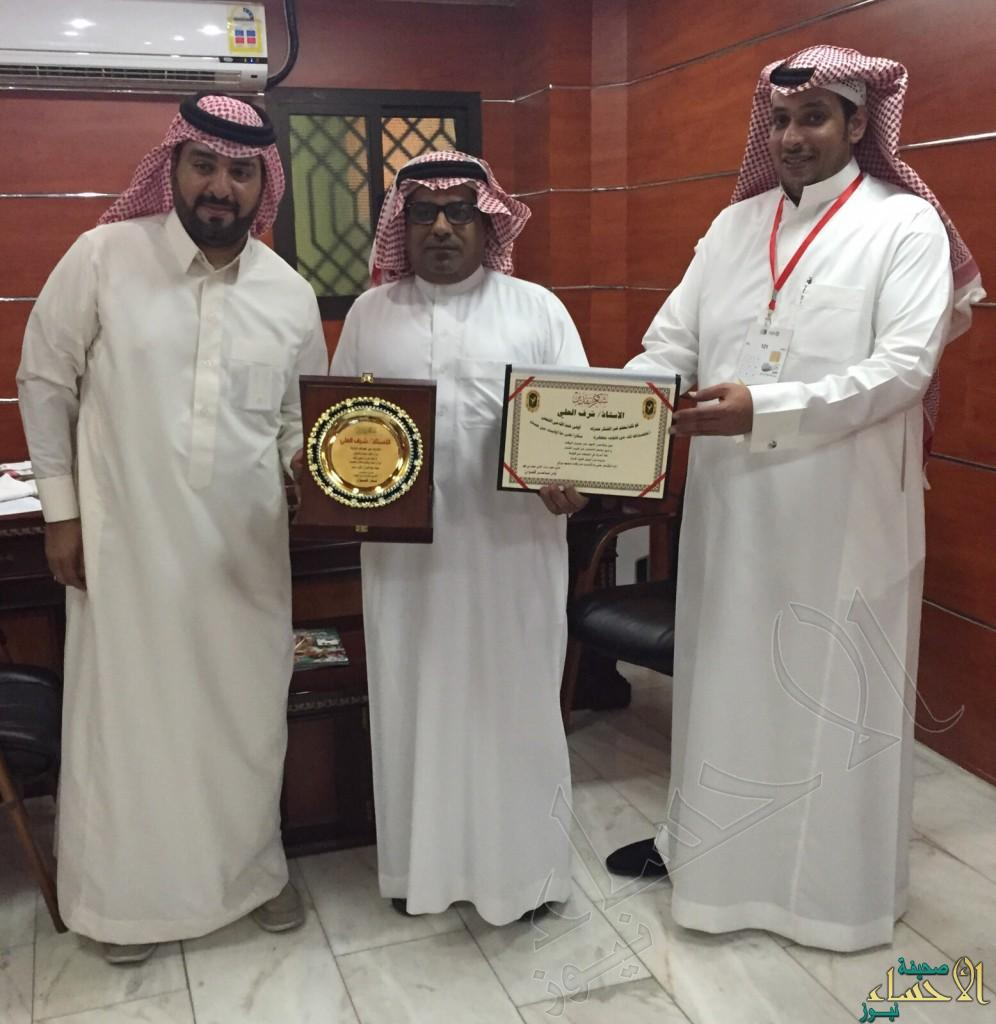 مدير ملعب أستاد الدمام يكرم رؤوساء اللجان في مباراة الخليج و الأهلي