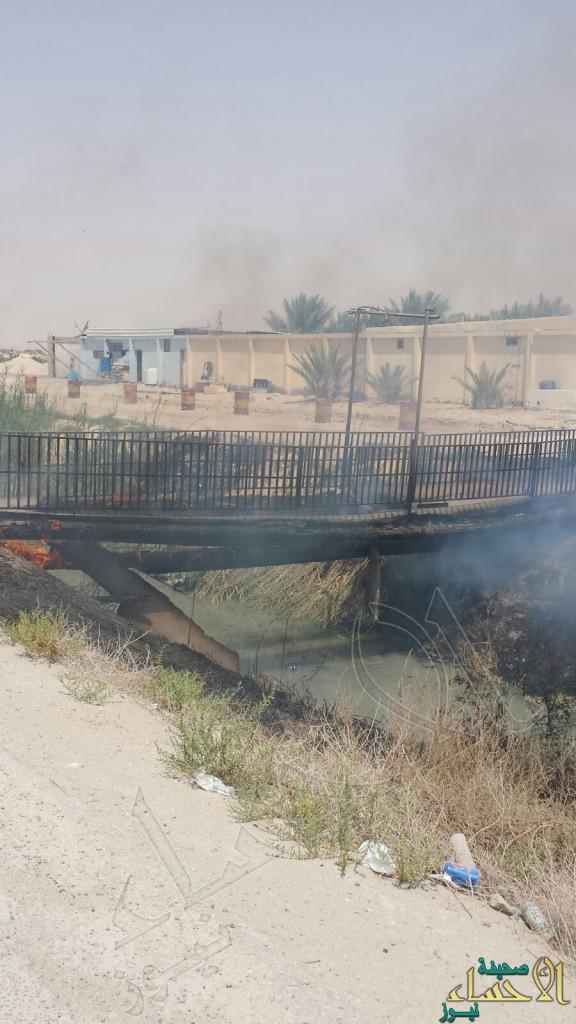 """بالصور.. في عيون #الأحساء:""""جسر"""" يتحول لكتلة رماد.. والدفاع المدني ينقذ الموقف"""