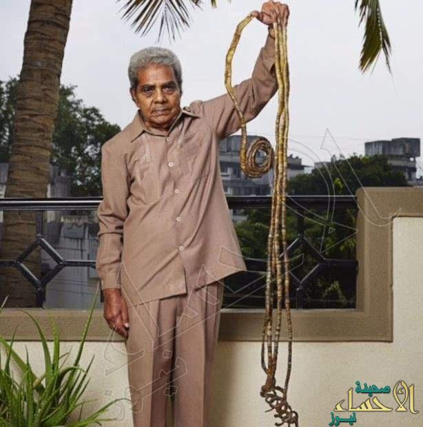 """بالصور.. هندي لم يقص أظافره منذ 63 عاماً ليدخل موسوعة """"جينيس"""" !!"""