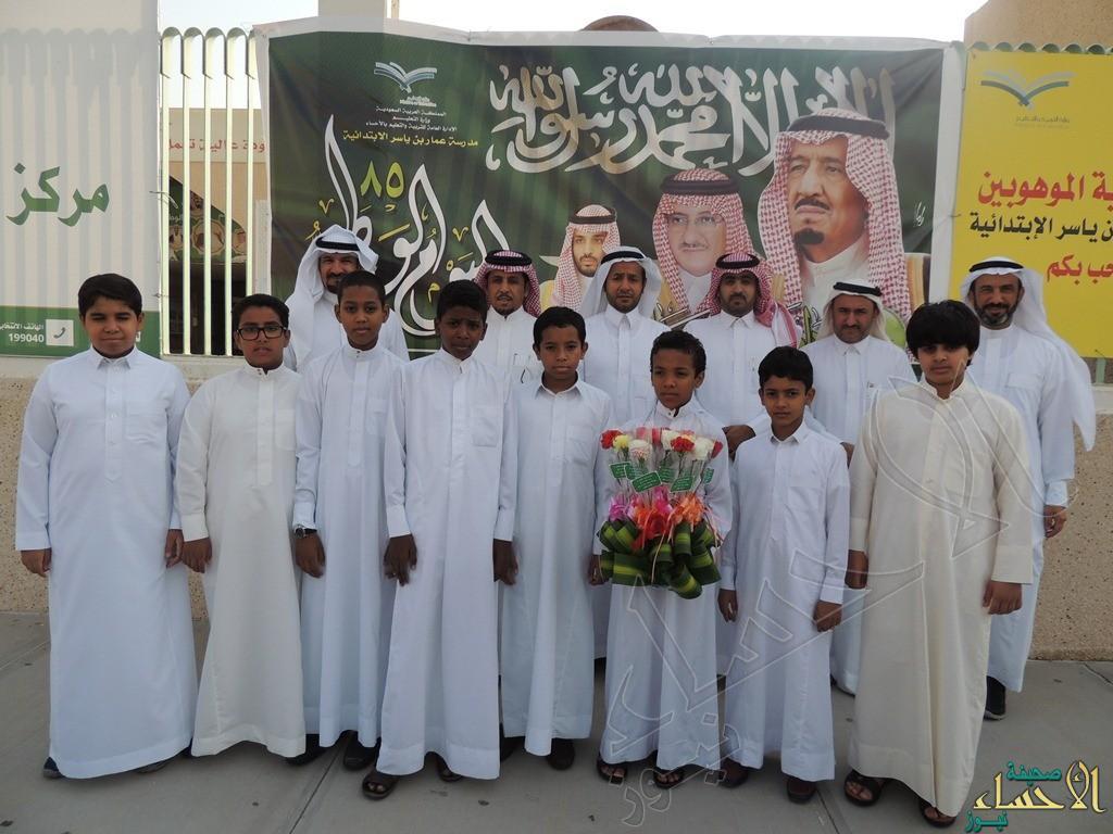 بتوزيع الورود عند إشارات المرور.. عمار بن ياسر تحتفل باليوم الوطني 85