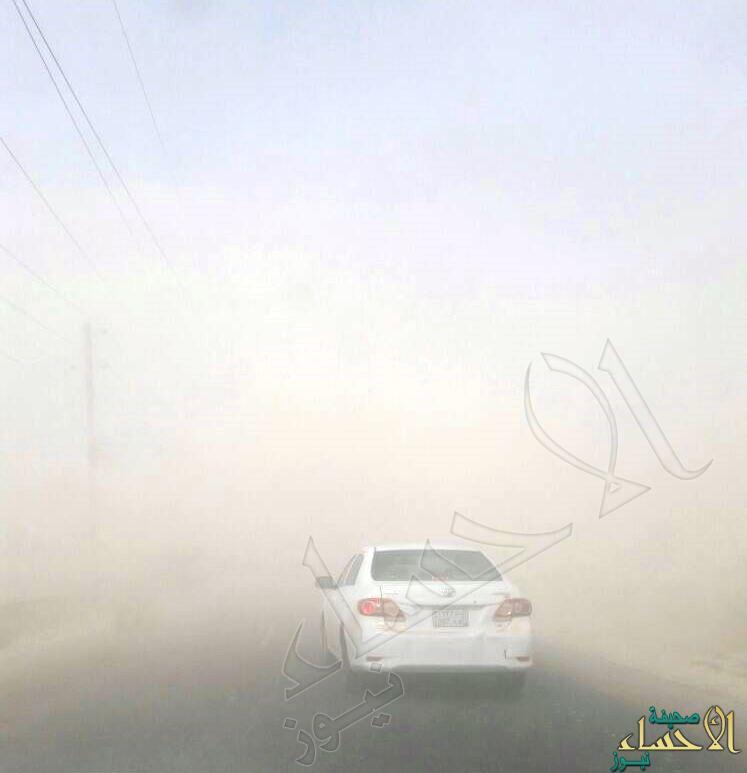 بالصور.. تحذيرات من عاصفة ترابية على طريق الأحساء – الدمام