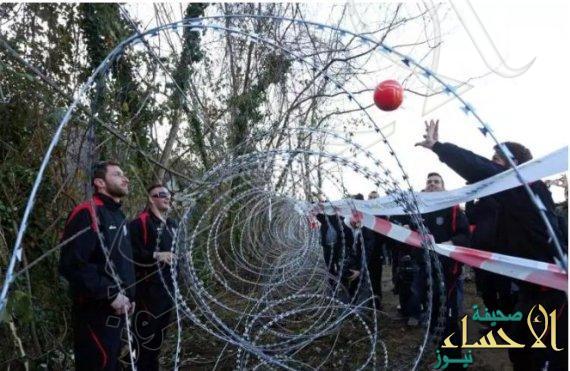 ترفيهاً عن اللاجئين السوريين.. مواطنو سلوفينيا يحولون الأسلاك الشائكة ملعباً للكرة الطائرة