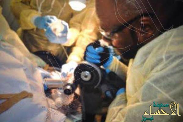 بالصور.. تحرير يد طفل عَلِقَت في فرامة لحم في #الرياض !!