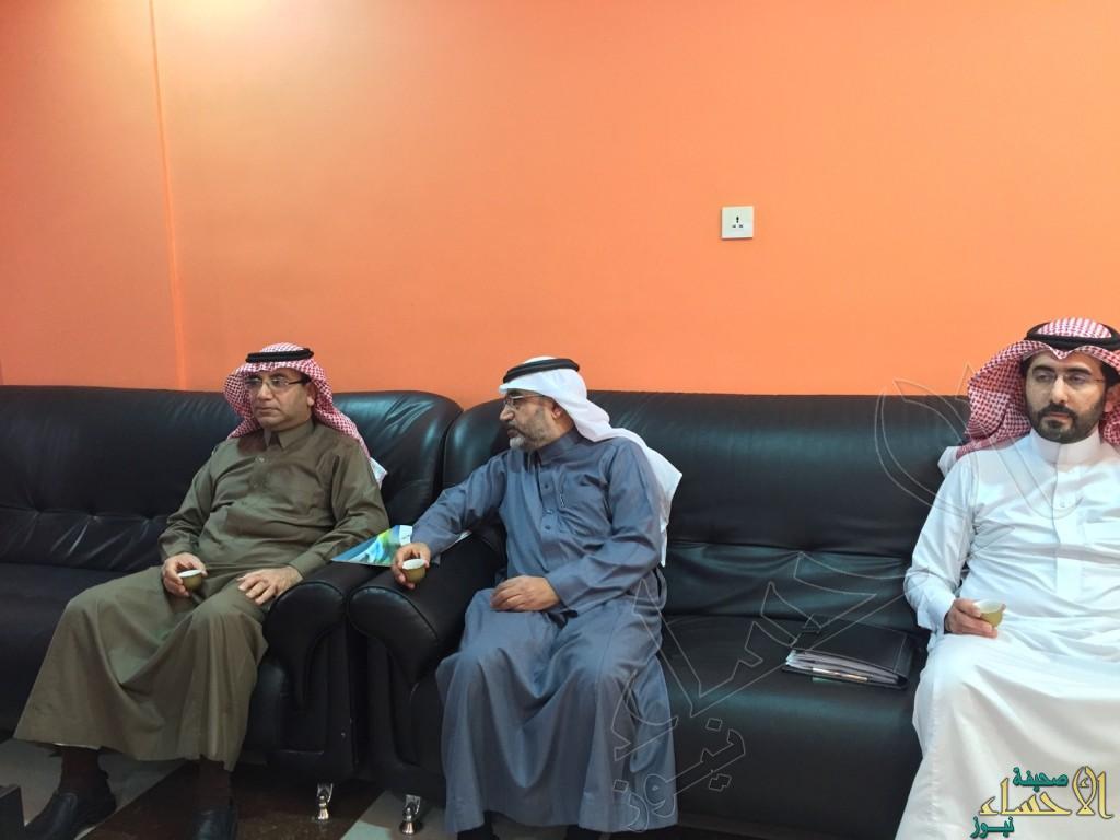 بالصور … مدير مركز التنمية الاجتماعية بالأحساء يزور لجنة التنمية الاجتماعية بالعيون