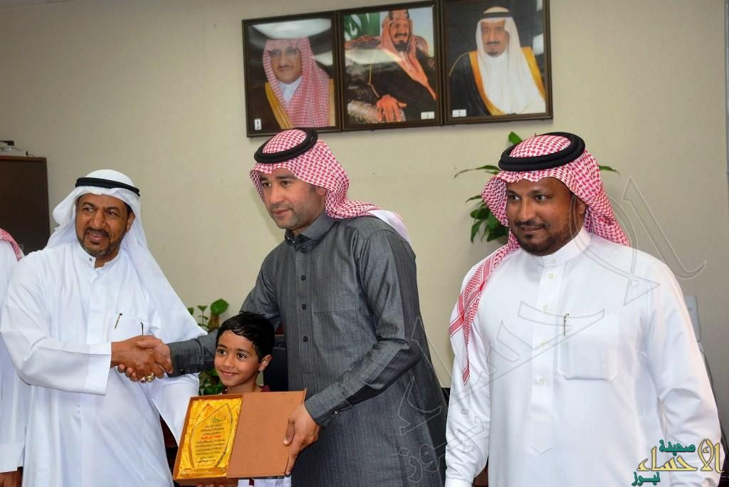 """هاشم الدريسي ووالده في """"لمسة وفاء"""" لابتدائية الأمير سعود بن نايف"""