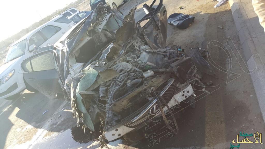 بالصور … في #الأحساء حادث انقلاب والنتيجة احتجاز وأربع اصابات