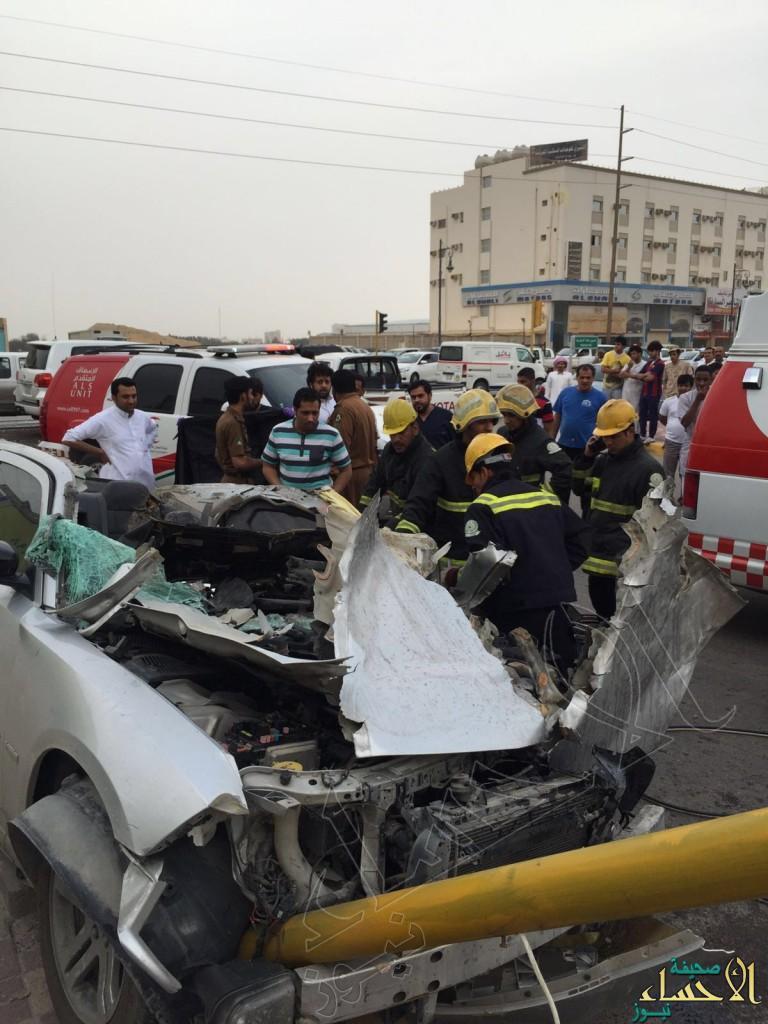 """بالصور.. في #الأحساء شاحنة تفرم """"الدودج"""" في حادث مأساوي والنتيجة """"وفاة"""""""