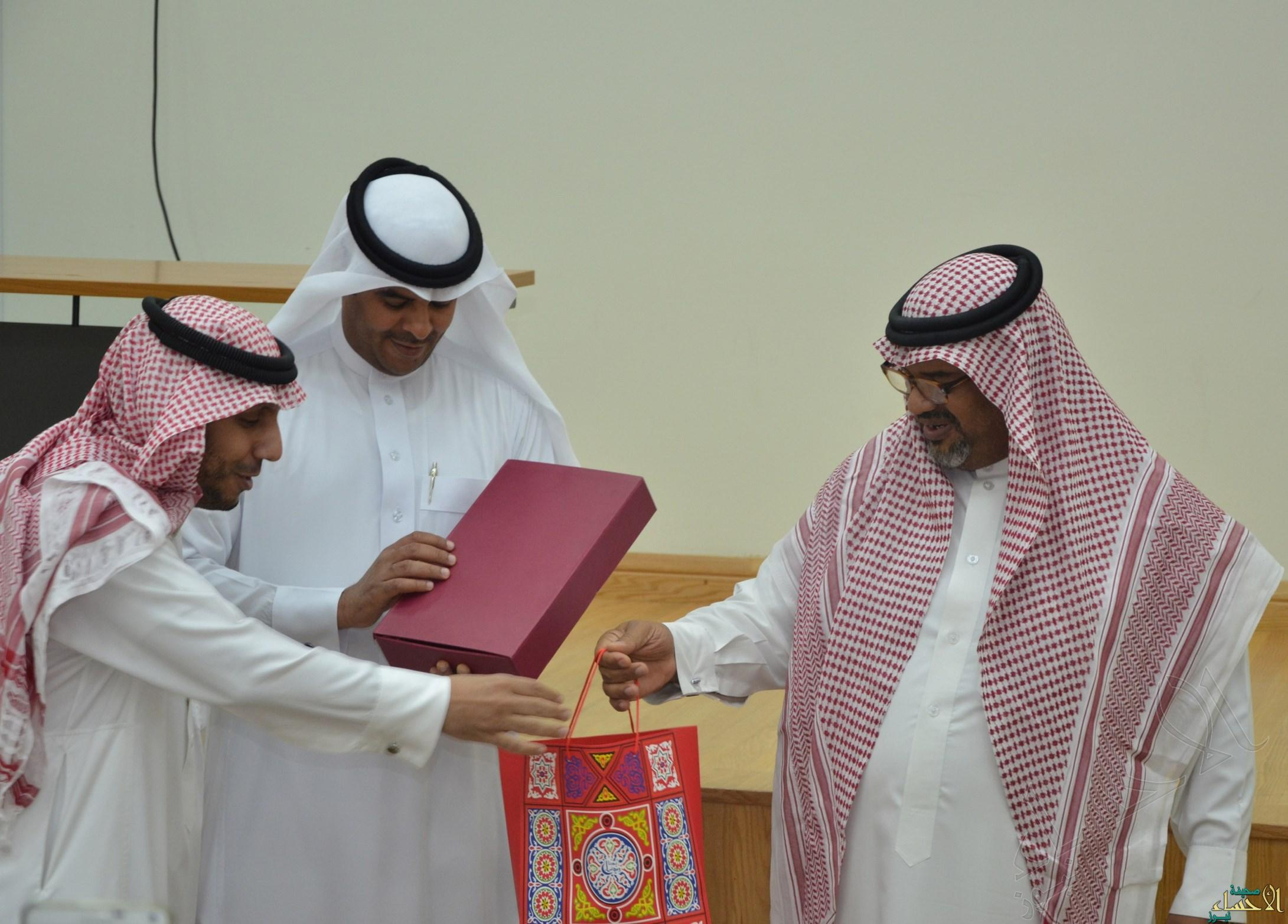 الصالح يقدم هدية تذكارية باسم رفقاء النامي