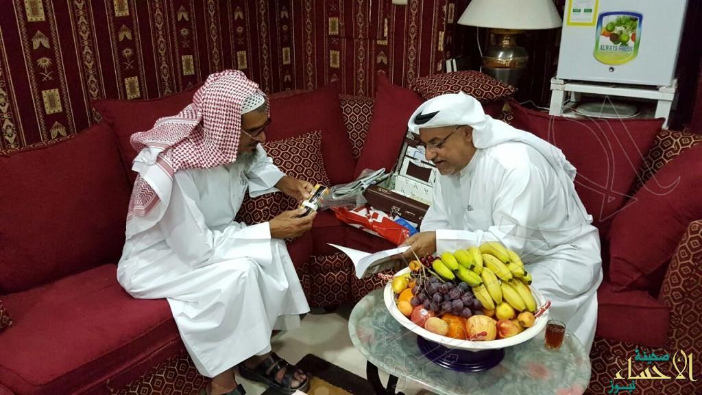 بالصور و بعد 50 عام.. طالب من #الأحساء يعود لمعلمه بمذكرة عليها توقيعه !!