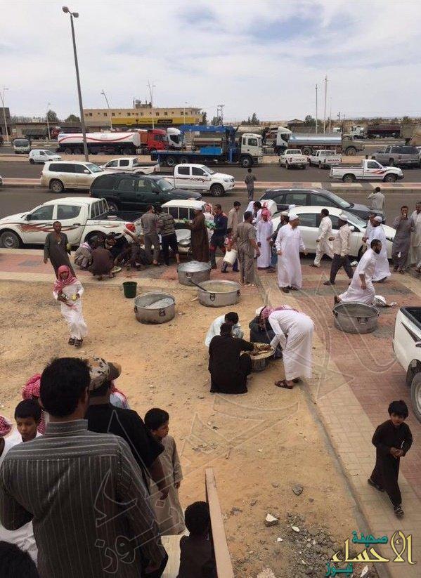 شاهد.. إمام مسجد يذبح ناقة ويقدمها للمصلين وسيارة هدية لحافظ القرآن بالجوف