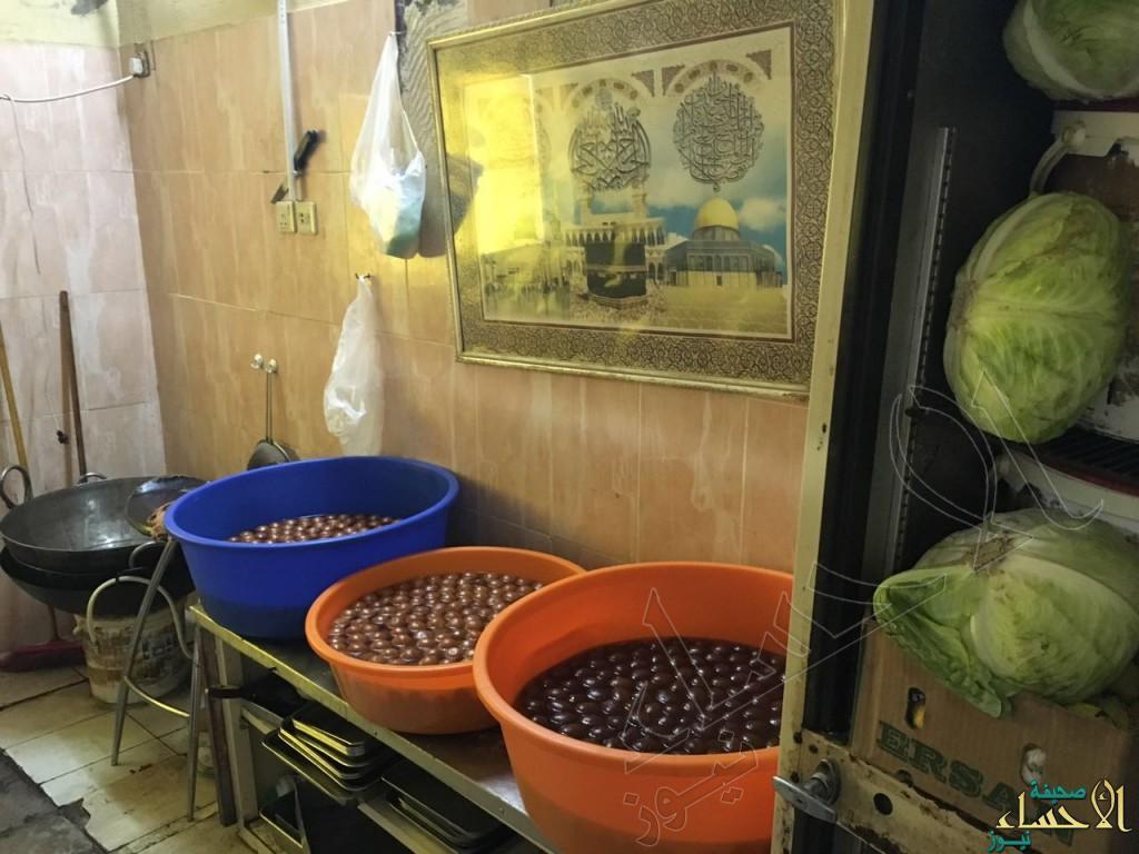 بالصور.. إغلاق 228 محلاً مخالفاً في #الأحساء والأمانة تُتلف 4.7 طن مواد فاسدة