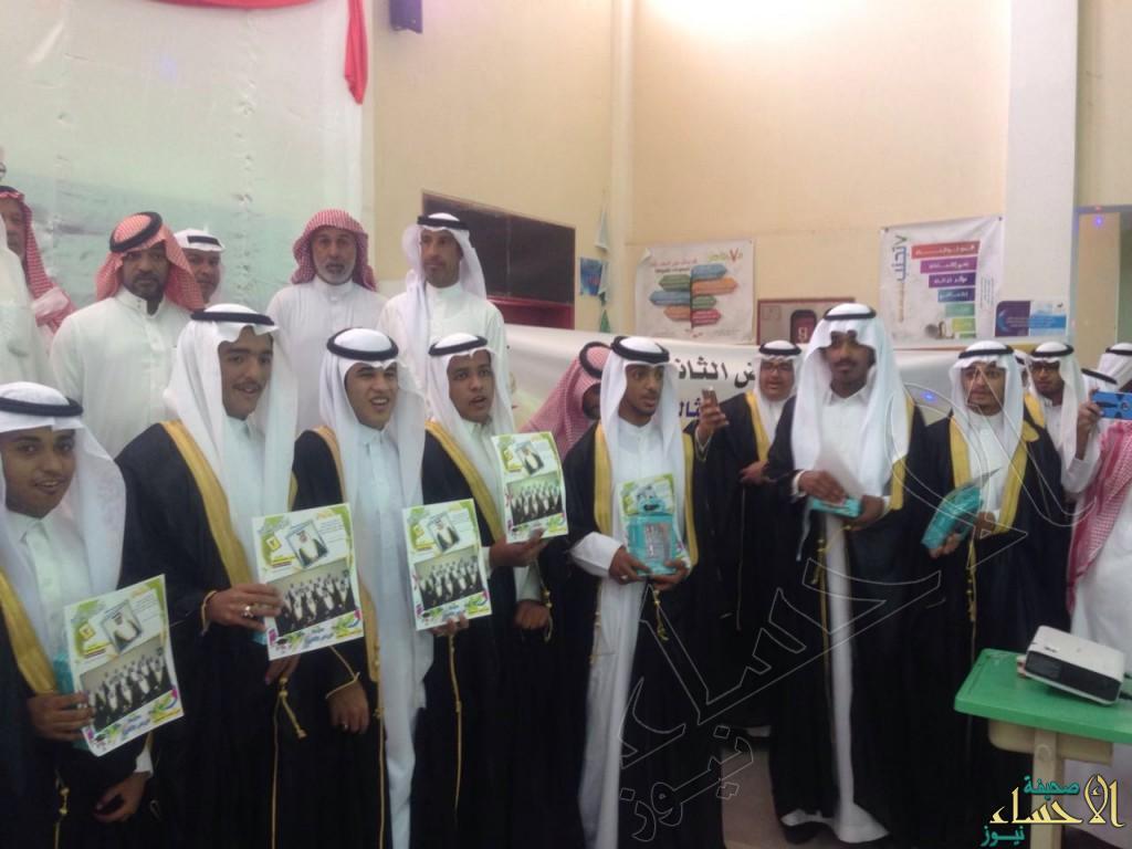 ثانوية الرياض بالأحساء تحتفل بخريجيها