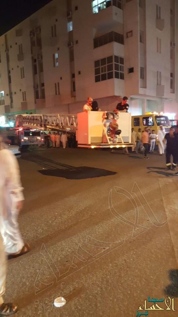"""بالصور.. حريق مبنى سكني في """"المبرز"""" و الدفاع المدني يُخلي 19 محتجزاً"""