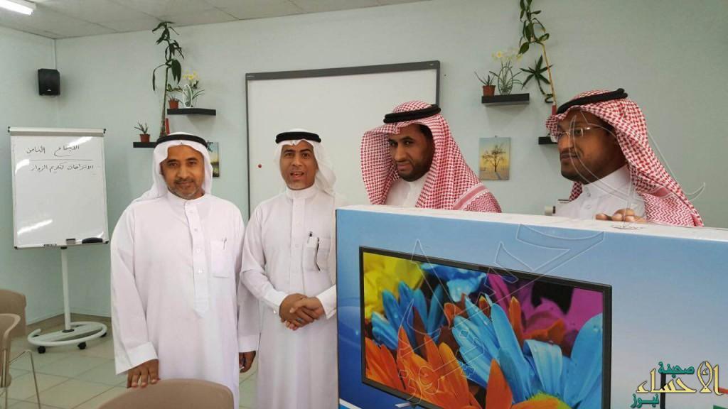 """""""الفرج"""" يحصد جائزة المعلم المتميز بمدرسة الإمام البخاري الإبتدائية"""