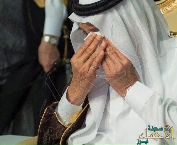 بالصور.. خادم الحرمين يبكي متأثراً في حفل تخرج ابنه راكان