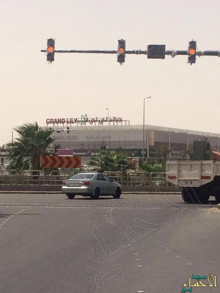 بالصور: أخيراً وبعد طول انتظار.. الإشارات المرورية ترى النور في أحد أهم ميادين #الأحساء