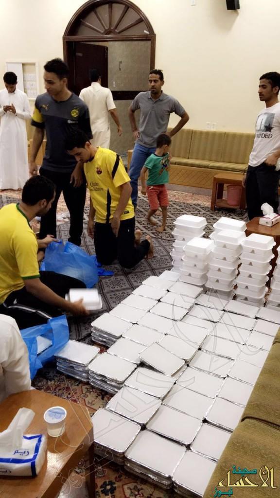 """بالصور.. 80 شاب يصنعون الإنجاز ويُفطّرون أكثر من 70 أسرة يومياً في """"عمران"""" #الأحساء"""