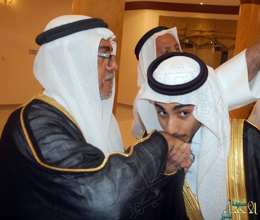 العريس عباس يقبل يد والده
