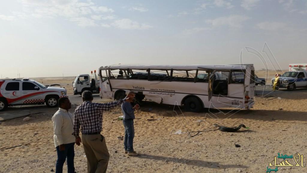 """بالصور.. """"انقلاب باص"""" يسفر عن 42 إصابة بينهم حالات خطرة في #الأحساء"""