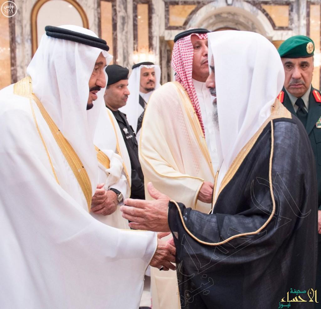 بالصور… خادم الحرمين الشريفين يستقبل المهنئين بعيد الفطر المبارك